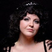 Smoky_eyes_and_curly_hair_burlesque